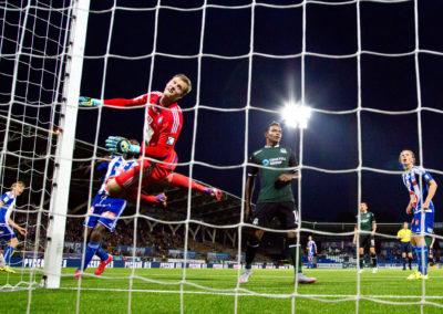 Thomas Dähne torjuu Uefa Europa League-ottelussa HJK vs. FC Krasnodar 27.8.2015. Sonera Stadium, Helsinki.
