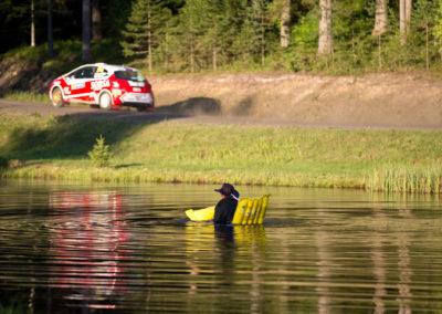 Rallia voi seurata myös uimapatjalta Horkassa 29.7.2016. Nesteralli, Jyväskylä.