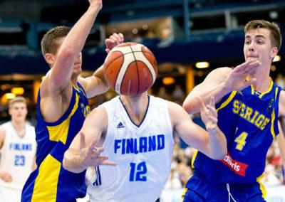 Matti Nuutinen piiloutuu pallon taakse harjoitusmaaottelussa Suomi vs. Ruotsi 27.8.2016. Espoon Metro Areena.