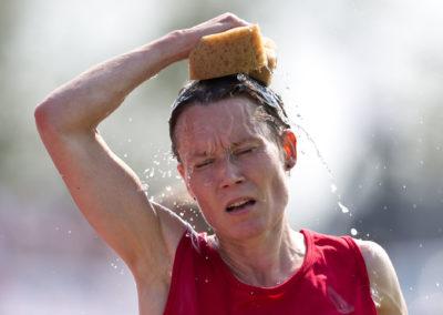 Jaana Niemelä viilentää itseään helteellä 10 000m juoksussa Kalevan Kisoissa 24.7.2016. Raatin Stadion, Oulu.