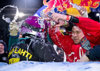 Vladislav Kurshev onnittelee kun Mirko Lahti voittaa Red Bull Grashed Ice alamäkiluistelukilpailun 20.1.2017. Laajavuori, Jyväskylä
