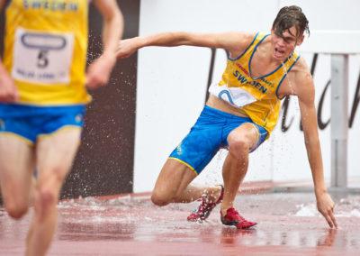 Emil Blomberg kaatuu vesiesteellä Ruotsiottelussa 4.9.2016. Ratina, Tampere.
