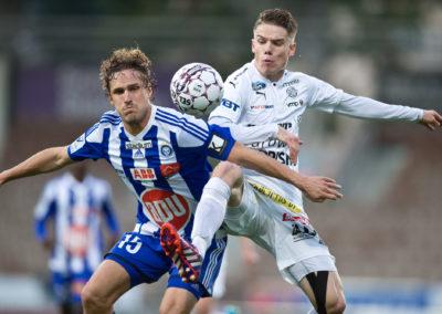 Pallontavoittelutialnteessa Ville Jalasto ja Robert Taylor ottelussa HJK vs. RoPS 21.9.2016. Sonera Stadium, Helsinki.