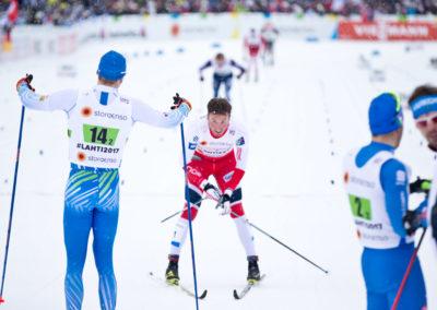 Iivo Niskanen näyttää mielipiteensä Emil Iversenin kaadettua hänet lopussa Lahden MM-kilpailuissa 26.2.2017. Salpausselkä, Lahti.