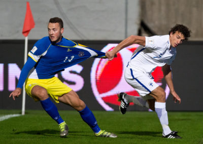 Roman Eremenko repii Amir Rrahmania paidasta MM-karsintaottelussa Suomi vs. Kosovo 5.9.2016. Veritas Stadion, Turku.
