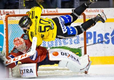 Juuso Riikola lentää Ville Husson päälle Liigan jääkiekko-ottelussa, KalPa vs. HIFK 21.11.2015. Data Group Areena, Kuopio.
