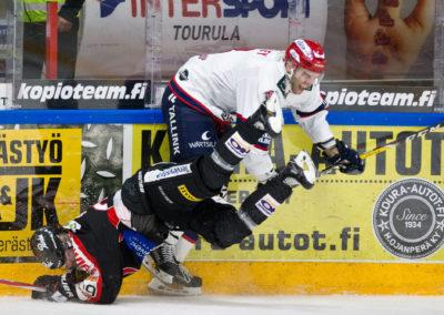 Joel Sund ja Joe Finley kamppailussa Liigan jääkiekko-ottelussa JYP vs. HIFK 7.10.2016. Synergia Areena, Jyväskylä.