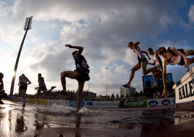 Jari Piller sukeltaa pää edellä vesiesteeseen 3000 m esteissä Kalevan Kisoissa 23.7.2016. Raatin Stadion, Oulu.