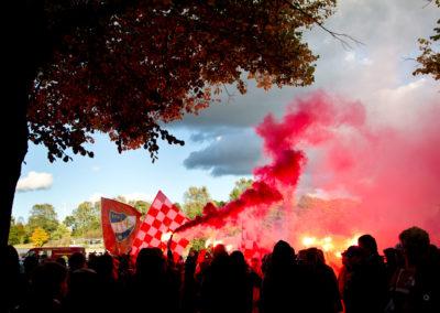 HIFK fanien marssi soihtujen kanssa Stadin Derbyyn HIFK vs. HJK 30.9.2016. Sonera Stadium, Helsinki.