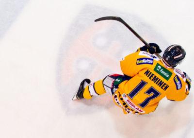 Ville Niemisen ensimmäinen ottelu Tampereella entistä seuraansa vastaan Liigan jääkiekko-ottelussa, Tappara vs. Lukko 3.4.2015. Hakametsä, Tampere.