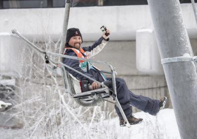 Lahden hyppyrimäelle pääsee helpommin hissillä kuin rappusia. Kuva: Markku Ojala.