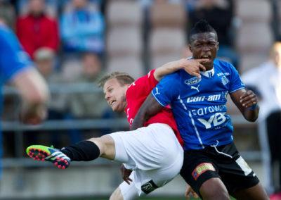 Friday Faith Obilor maistaa Jani Bäckmanin sormea Veikausliigan ottelussa HIFK vs. RoPS 16.6.2015. Sonera Stadium, Helsinki.