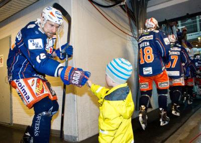 Masi Marjamäk antaa nyrkkitervehdyksen fanille Liigan jääkiekko-ottelussa Tappara vs. Kärpät 20.4.2015. Hakametsä, Tampere.