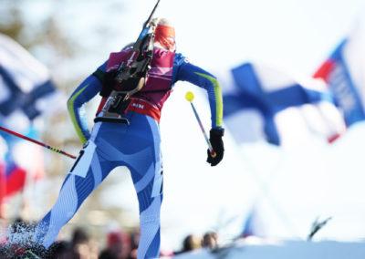 Kaisa Mäkäräinen Suomenlippujen liehuessa ampuahiihdon MM-kilpailuissa 15.3.2015. Kontionlahti, Joensuu