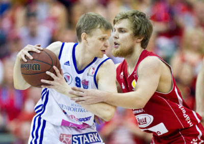 Teemu Rannikko ja Antto Nikkarinen ratkaisevassa finaaliottelussa Kataja Basket vs. Bisons loimaa 19.5.2015. Mehtimäen jäähalli, Joensuu.