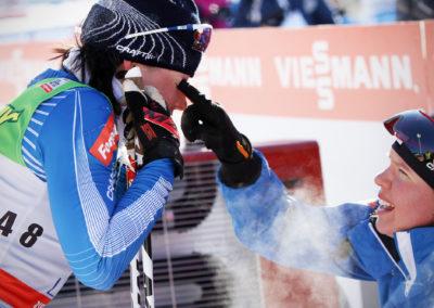 10km hiihdon jälkeen Kerttu Niskanen tökkää Krista lähteenmäkeä silmään 10.3.2013. Salpausselkä, Lahti.