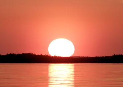 Aurinko laskee Kaunissaaren taakse 9.6.2011. Suomenlahti.