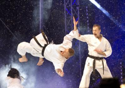 Karate-esiintyjiä Lahden MM-kilpailuijen avajaisissa 22.2.2017. Tori, Lahti.