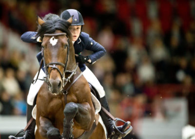 Chloe Reid hyppää ratsullaan Codarco Helsinki International Horse Showssa 22.10.2017. Helsingin jäähalli.