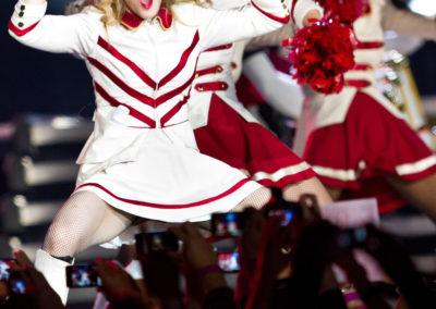 Madonna esiintyi kännyköiden kuvatessa 12.8.2012. Helsingin olympiastadion.